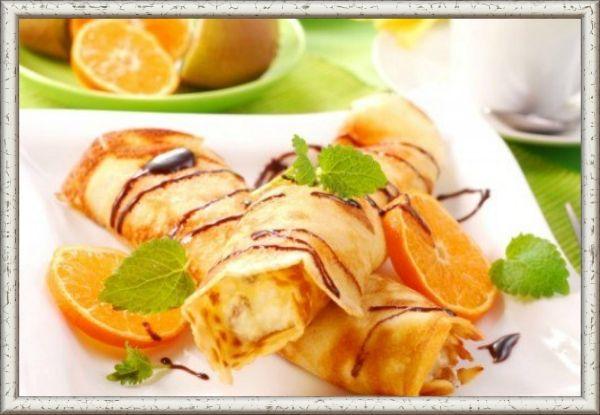 14. Ананасовая со сливками. Ингедиенты: банка консервированых ананасов, 100 мл сливок, сахар по вкусу. Приготовление: слить с консервированных ананасов сок, размять мякоть. Взбить сливки и примешать к ним мякоть ананаса. На блинчики положить начинку, сложить их вдвое и полить подогретым ананасовым соком.