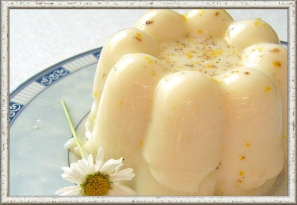 4. Желе молочное ванильное. Ингредиенты: 3 стакана молока, 4—6 чайных ложек сахара, 4 яйца, 1/2 пакетика ванильного сахара. Приготовление: в молоко добавить сахар и яйца, всыпать ванильный сахар, взбить. Взбитую массу разлить в чашки, поставленные в плоскую кастрюлю. В кастрюлю влить горячую воду, чашки накрыть фольгой, кастрюлю — крышкой и подогревать примерно 40 мин, поддерживая температуру воды 80°С. Когда желе загустеет, охладить в закрытой посуде. Выложить из чашек (огибая ножом) на тарелки. Подавать с маленькими вафлями, с песочными пирожными или украсив вареньем. Можно полить фруктовым сиропом.