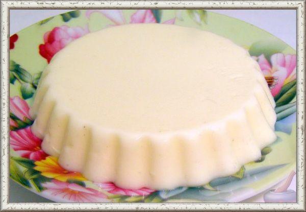 3. Желе из взбитого молока. Ингредиенты: 0,5 л молока, 2 ст. ложка сахарного песка, 25 г желатина, щепотка ванилина. Приготовление: желатин залить водой, дать набухнуть. Молоко с сахаром вскипятить, добавить ванилин. В горячем молоке растворить набухший желатин, немного охладить и взбить в густую пену. Наполнить массой порционную посуду, дать застыть в холодном месте. Подавать желе с ягодным сиропом, фруктовым или шоколадным соусом.