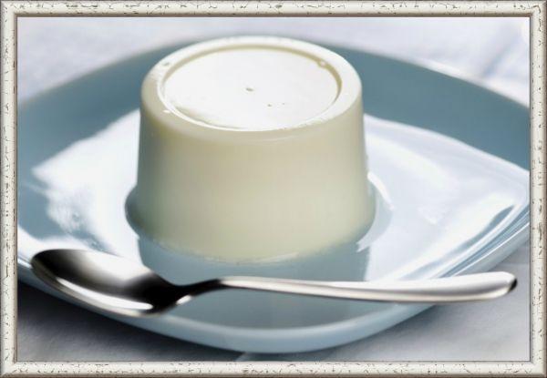 2. Желе молочное. Ингредиенты: 3/4 ст. ложки желатина, 1/2 стакана воды, 2,5 стакана молока, 3 ст. ложки сахарного песка, ванилин. Приготовление: порошок желатина залить кипяченой водой, вымочить его до мягкости в течение 30 мин и отжать. Вскипятить молоко, положить в него сахар, дать вскипеть, затем, сняв с огня и помешивая, растворить в нем отжатый желатин. Когда масса немного остынет, добавить по вкусу ванилин, размешать, процедить через салфетку или частое сито в формочки (или в стаканы) и поставить в холодное место. Перед подачей на стол формочки опустить на 2—3 секунды в горячую воду и выложить желе на охлажденные тарелки.