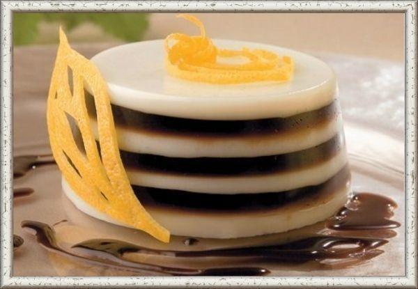 14. Полосатое желе. Ингредиенты: кипяченая вода – 1 стакан, кофе натуральный – 1 чайная ложка с горкой, желатин – 10 г, сахар – 2 чайных ложки, молоко – 100 мл, взбитые сливки – 1 столовая ложка. Приготовление: сварить кофе, процедить и остудить. В теплое молоко добавить сахар и разбухший желатин, довести  до готовности, не прекращая мешать. В формочках охладить  желе. Смешать кофе с желатином и полить сверху на формочку тогда, когда первый слой застынет. Подать к столу, украсив небольшим количеством взбитых сливок.