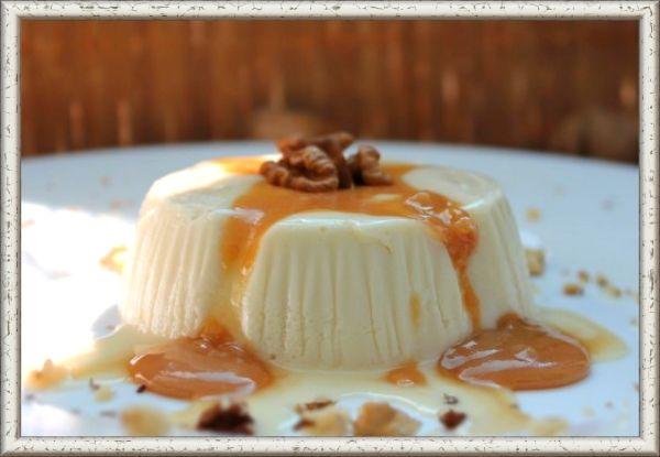 5. Крем-желе ванильное. Ингредиенты: 0,5 л молока, 4 яйца, 1 ст. ложка муки, 150 г сахара, 30 г желатина, миндаль или лесные орехи, цукаты. Приготовление: из молока, желтков, муки и сахара приготовить ванильный крем. Снять с огня, добавить желатин, предварительно замоченный в холодной воде, и мешать до охлаждения. Затем ввести взбитые в пену белки, поджаренный и истолченный миндаль или лесные орехи и мелко нарезанные цукаты. Крем выложить в форму и дать ему застыть.