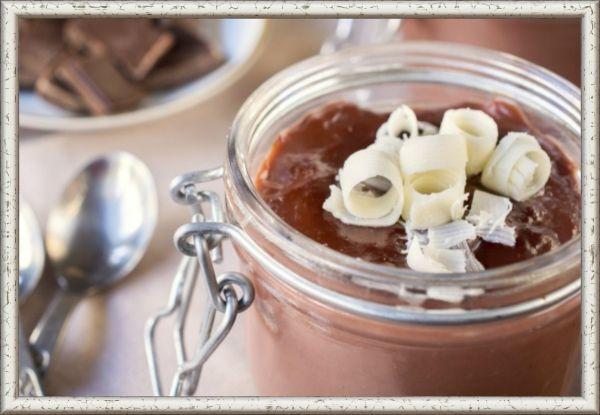 12. Молочно-шоколадное желе. Ингредиенты: 750мл молока, 150г шоколада, 100г сахара, 30г желатина, ванилин по вкусу. Приготовление:  в кипяченой охлажденной воде замочить желатин в соотношении 1 к 8, на полчаса оставить. На крупной терке потереть шоколад, вместе с сахаром растворить в горячем молоке, всыпать ванилин, затем ввести разбухший желатин, прогреть, разлить смесь по формочкам и убрать застывать в холодильник.