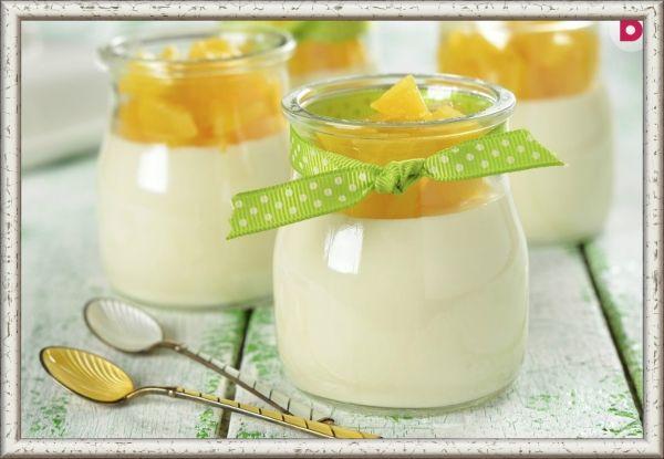 1. Желе молочное с желтками. Ингредиенты: 4 яичных желтка, 10 г желатина, 1 стакан молока или сливок, 4 ст. ложки сахара, ванилин. Приготовление: растереть желтки с сахаром и ванилином, залить горячим молоком или сливками. Затем смешать с разведенным желатином и вымешивать, пока масса не загустеет. Поставить в холодное место для застывания.