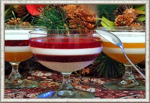 9. Желе сметанное с соком манго и вишни. Ингредиенты: 1 стакан сока  манго, 1 стакан сока вишни, 1 стакан сметаны, 3 столовых ложки желатина, 3 чайных ложки сахара, 1 пакетик ванильного сахара. Приготовление:  Нагреть в микроволновке сок и сметану до 70-80 градусов.  Добавить в каждую емкость по 1 ч. л. сахара. В сливки дополнительно добавить ванильный сахар. Перемешать.  В подготовленные креманки налить первый слой желе. Поставить желе застывать в холодильник на 15-20 минут. Следующий слой желе можно наливать только тогда, когда полностью застыл предыдущий.