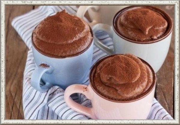 4. Мусс шоколадный. Ингредиенты: 50 г молочного шоколада, 1,5 ст. ложки сваренного крепкого черного кофе, 2 яйца, 2 ст. ложки сахарной пудры, 1/2 чайной ложки ванилина, 1 стакан сметаны. Приготовление: шоколад положить в кофе, поставить на водяную баню и размешивать до тех пор, пока шоколад не растопится, а затем охладить. Желтки растереть с сахарной пудрой, добавить растопленный шоколад и ванилин. Белки взбить до образования воздушной пены и влить в шоколад, тщательно размешивая. Сметану влить в алюминиевую посуду, поставить на лед и взбивать венчиком до образования густой пышной пены. Ввести взбитую сметану в шоколад и размешать. Мусс поставить в холодильник на 4—6 ч.