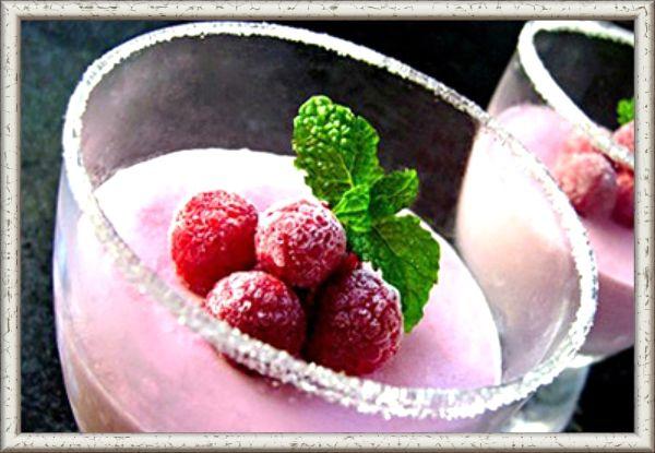 8. Сметанное желе с ягодами. Ингредиенты: желе - 15 г, 1/2 стакана холодной воды, сметана - 200 г, свежие или замороженные ягоды – 200 г, сахарная пудра. Приготовление: желатин залить водой и оставить на минут 30. Затем емкость с желатином поставить в микроволновку на 40 секунд. Смешать сметану с ягодами и добавить немного сахарной пудры (по вкусу). В сметанную смесь влить подготовленный желатин и поставить в холодильник до застывания.