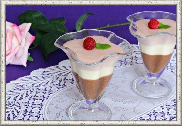 1. Желе 3-слойное с какао и малиновым сиропом. На три слоя: сметана 15 % – по 100 г, сахар – по 55 г,  желатин – по 6 г,  вода холодная кипяченая – по 100 мл. Для шок. слоя: 1,5 ст.л. какао. Для смет. слоя: 1 желток, 1 ч.л. лимонного сока, ванилин. Для малин. слоя: 100 мл малинового сиропа. В трех пиалах замочить желатин. Соединить какао, сметану и сахар для шок. слоя. Подогреть одну часть желатина, влить в смесь. Вылить в креманку и убрать в холодильник. К желтку добавить сахар, взбить. Добавить сок лимона, ванилин, сметану и растворенный желатин. Залить в креманку 2-й слой и убрать в холод. В малин. сироп добавить сметану и  растворенный желатин, перемешать, разлить по креманкам. Убрать в холод.