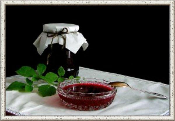 """9. Десерт """"Желе сливовое"""". Ингредиенты: 10 слив, сахар - 2 столовых ложки, сливки - 50 г, желатин - 15 г. Приготовление: сливы помыть и отделить от косточки.  Порубить в чаше блендера до состояния однородного пюре. Желатин растворить и смешать с сливовым пюре, выложить в формочки. Оставить в холодильнике до полного застывания (1-2 часа). Сливки взбить с сахаром до крепких пиков и украсить ими готовое желе."""