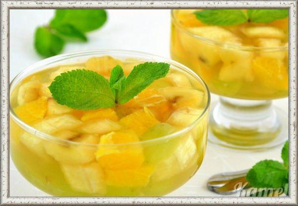 1. Фрукты в чайном желе. Ингредиенты: ананас - 100 г, 1 банан, клубника - 100 г, виноград черный - 100 г.  Для желе: сахар - 100 г, сок лимонный - 4 столовых ложки, вода - 4 стакана, чай черный - 3 чайных ложки, желатин - 1 столовая ложка. Приготовление: замочить желатин. Залить чай кипятком, настоять 3 минуты, добавить сахар и сок лимона, растворить в чае желатин, дать остыть. Разложить фрукты, нарезанные кубиками по тарелкам, влить немного желе в каждую и поставить в холодильник. Потом залить оставшимся желе и дать застыть.