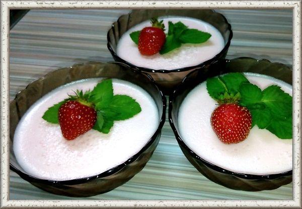 4. Десерт «Вдохновение». Сок облепиховый - 20 г для желе и 15 г для самбука, сахар -  по 12 г для желе и самбука, желатин - 2 г для желе и 1 г для самбука, вода - 30 г, яичный белок - 5 г, апельсины - 10 г, персики конс. - 15 г, смородина красная - 20 г, облепиха - 20 г, шоколад белый - 5 г.  В горячем сахарном сиропе растворите подготовленный желатин, процедите, доведите до кипения, остудите.  Добавьте облепиховый сок и разлейте в формы.  В 15 г  охлажденного сока добавьте сахар, воду, яичный белок и взбивайте до пышности. Желатин поставьте на водяную баню, растопите, процедите и влейте тонкой струйкой во взбиваемую массу при непрерывном помешивании. Желе переложите в форму большего размера, залейте самбуком и дайте застыть.