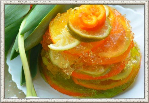 7. Фрукты в желе. Ингредиенты: лимон, апельсин, мандарин, лайм, желе (фруктовое) - 1 пачка, сахар - 0.5 стакана, вода -  150 мл. Приготовление: фрукты нарезать кружочками. В сковороде смешать сахар и воду, довести до кипения и опустить туда фрукты. Дать покипеть 2-3 мин., снять с огня и остудить. Развести фруктовое желе по инструкции. Фрукты уложить слоями в форму наполовину. Залить половину желе, дать ему застыть. Затем уложить оставшиеся фрукты и залить  оставшимся желе. Дать остыть, поместить в холодильник. Перед подачей погрузить форму с желе на несколько секунд в горячую воду и выложить фрукты в желе на плоскую тарелку.