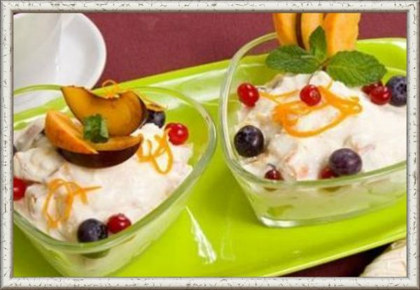 5. Десерт «Суфле с фруктами». Ингредиенты: сахар - 35г, яичный белок, масло сливочное - 10г, молоко сгущенное 1 чайная ложка, эссенция фруктовая - 1 г, желатин – 3 г, банан, апельсин, вишня консервированная, 1 киви, глазурь шоколадная – 15 г. Приготовление: Взбейте яичный белок, затем влейте горячий сахарный сироп и взбивайте до получения пышной массы. В конце взбивания добавьте распущенный желатин, смесь из размягченного масла, сгущенного молока, эссенции, выложите массу в форму и дайте застыть. Готовое суфле декорируйте фруктами, вишней, мастикой, глазурью и залейте желе.