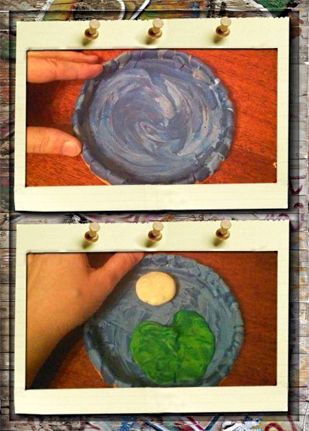 3. Принцесса лягушка. Крышечку от майонезного ведерка, превращаем в озеро, покрыв ее ровным тонким слоем смесью синего и голубого пластилина. Из кусочка бежевого и двух оттенков зеленого пластилина делаем лист кувшинки и основу для цветка.
