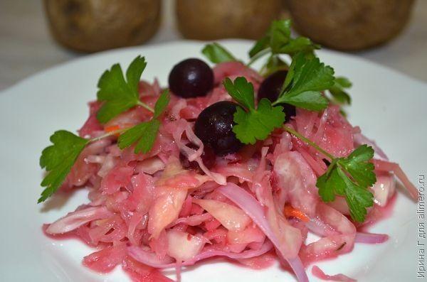 Салат из квашеной капусты с вишней и черной смородиной