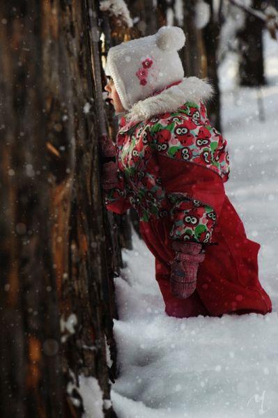 Белый снег, яркая одежда, деревянный забор - и вот у вас уже интересное зимнее фото.