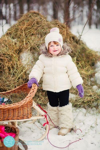 Фото в деревенском стиле помогут создать небольшая копна сена и плетеные санки.