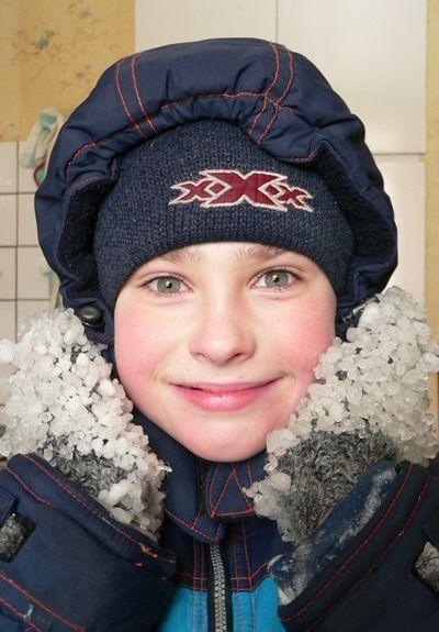 Пробуйте крупный план, сделайте акцент на какой-нибудь детали - снежке в руках ребенка или обледеневших варежках.