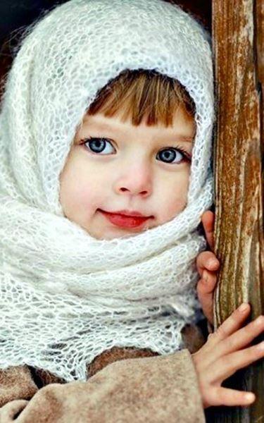 Зимнего настроения добавят теплые шали, вязаные шарфы или пушистые варежки.
