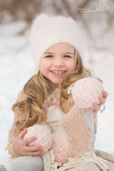 Мягкая зимняя погода, легкий снег, а вместо снежков клубки пастельных тонов - уютно и совсем не холодно.