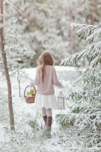 Зимний лес - это всегда сказочный лес. Впечатление усилят корзинка, фонарь в руках. К тому же фото со спины дополнительно придает загадочности.