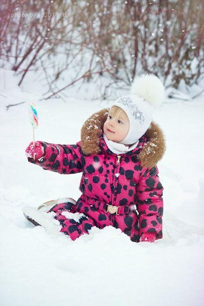 Кто не помнит себ в детстве. когда, приходя домой, штаны и варежки можно было ставить в угол? Так что валяние в снегу - один из вариантов фото.