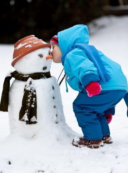 Зимняя фотосессия - это еще и веселое времяпрепровождение и игры.