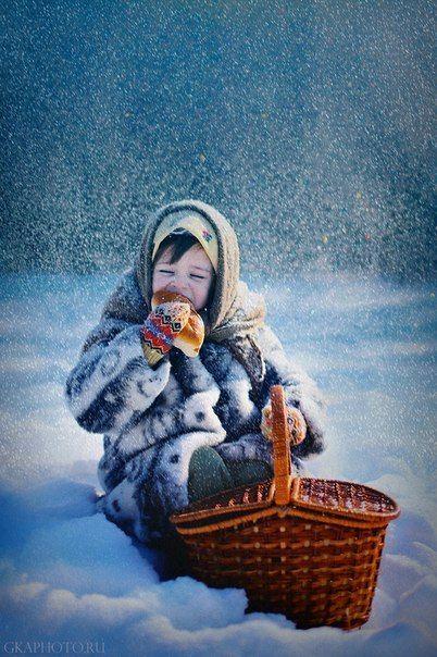 Корзинка, пироги, теплый платок и снег - почти сказочный сюжет.