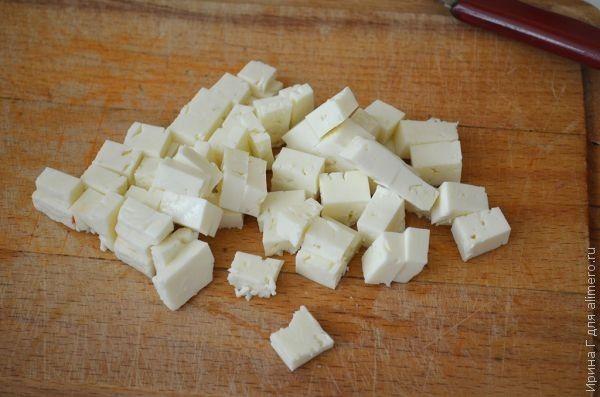 жареный картофель с перцем, брынзой и маслинами