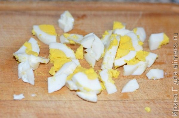 салат из морской капусты с луком и яйцом