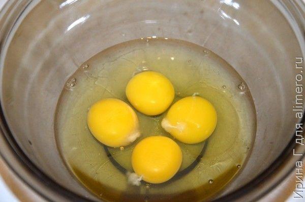 шарлотка с яблоками на яйцах