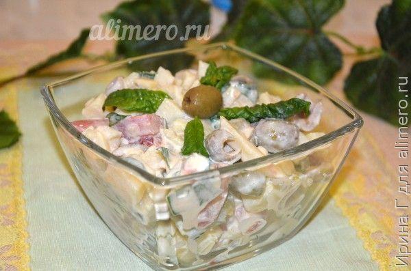 картофельный салат с помидором и оливками
