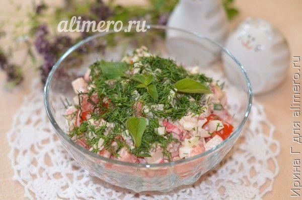 салат из помидоров и крабовых палочек