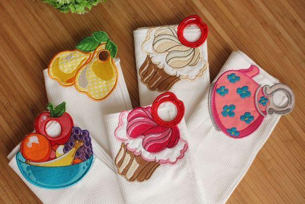 А еще на кухне очень кстати будут вот такие милые кухонные полотенца. Возле крючка можно придумать любой рисунок (кекс, грушу, чайник). Это машинная вышивка. Правда, оригинально?