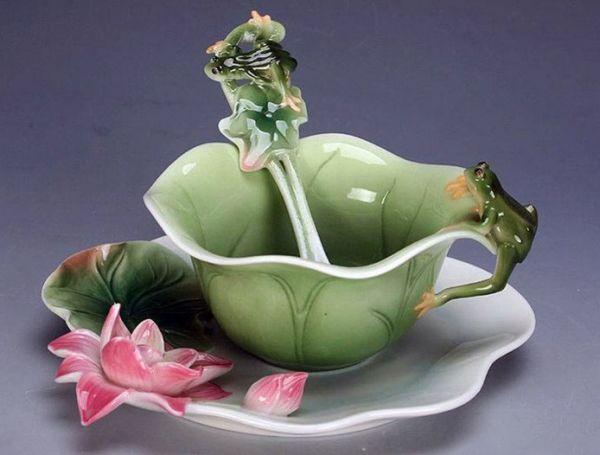 Очень трудно пройти мимо красивой посуды. Красивая посуда достойно украшает кухню. Чтобы не дарить целый чайный сервиз, можно выбрать красивую чашку с блюдцем, отчего подарок становится сугубо личным, исключительно для мамы.
