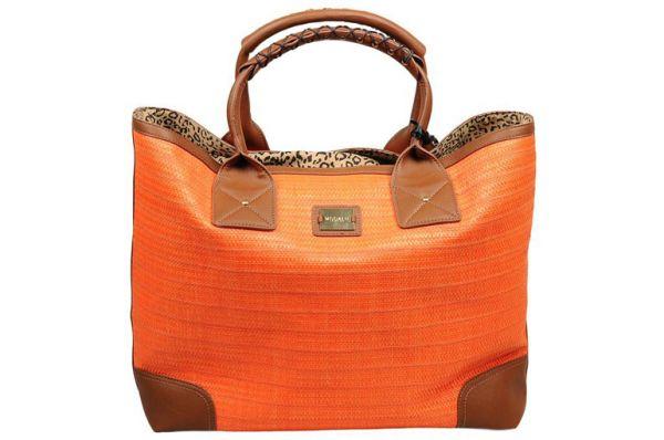Зная мамин вкус и ее предпочтения, можно приобрести для нее сумку. Удобный и практичный аксессуар, который обрадует любую маму!