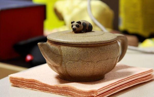 Ваша мама любит чай? Так почему бы ей не подарить красивый заварочный чайник? Кажется, и чай из него гораздо вкуснее.