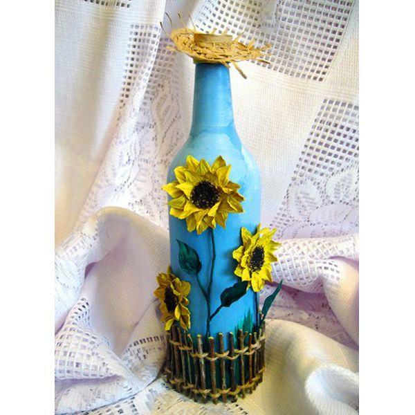 Такая бутылка, декорированная в народном стиле, станет прекрасным украшением кухни или  комнаты.