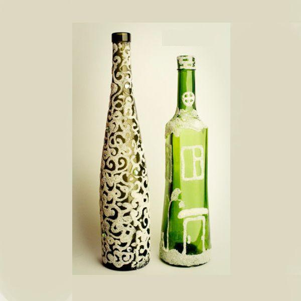 Для изготовления такого сувенира понадобится:  одноразовый шприц, аэрозольный лак, манная крупа, клей ПВА, бутылка, стразы.