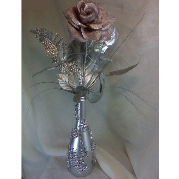 Такую красивую бутылку можно использовать вместо вазы. Посмотрите, как к ней подходит эта роза.