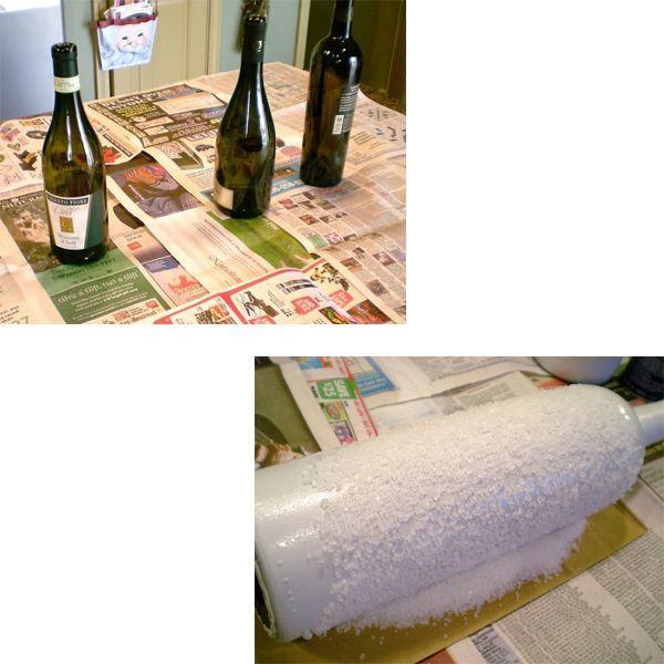 Покрываем бутылки акриловой краской белого цвета. После того бутылки должны подсохнуть. На следующем этапе нам нужно уже готовые, окрашенные бутылки покрыть клеем ПВА и обкатать их в соли.