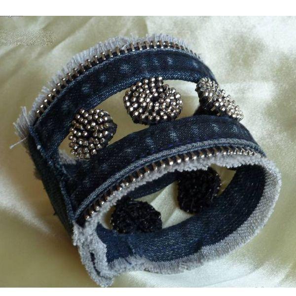 Для браслета нам понадобятся швы от старых джинсов, лучше с двойной строчкой, и старая металлическая молния.