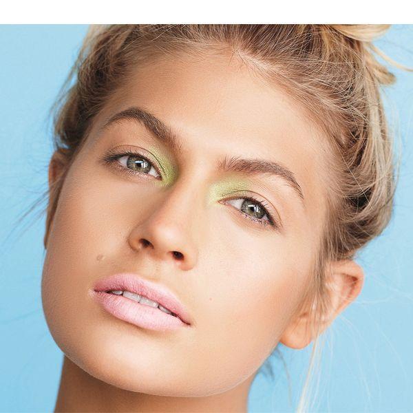 Летний макияж в обязательном порядке должен быть водостойким. Повышенное потоотделение в это время года может быстро уничтожить все ваши косметические труды.