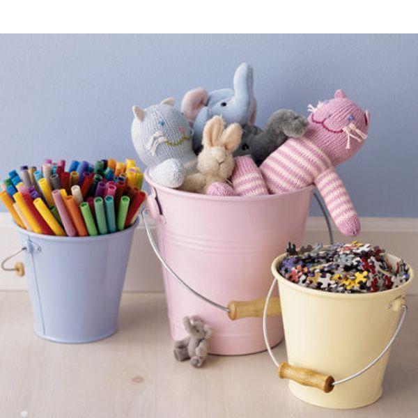 Металлические или пластмассовые ведерки также могут служить хранилищем для мелких вещей. Например, паззлов, киндеров или канцелярских принадлежностей.