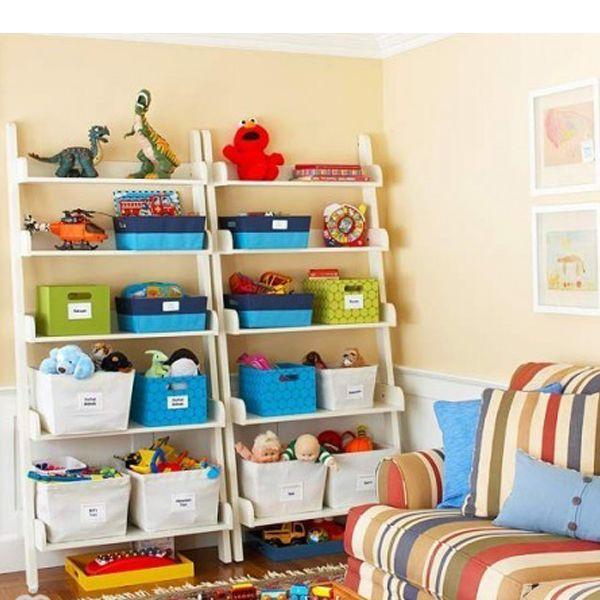 Корзинки, расположенные на открытых стеллажах, хорошо будут смотреться в детской комнате. Для удобства можно приклеить на них стикеры с названием содержимого.