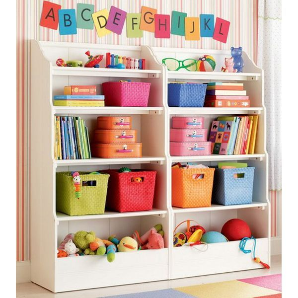 В открытые полки нужно поставить коробки или плетеные корзины с ручками, а в них сложить игрушки. Эти коробки, корзины или пластиковые контейнеры для хранения игрушек можно купить в магазине либо сделать своими руками, оклеив обычную картонную коробку плотной цветной бумагой или обоями и прикрепив ручку.