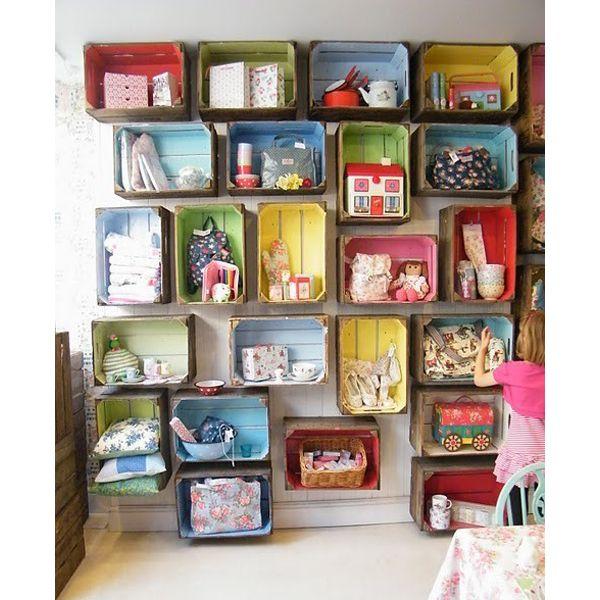 Открытые контейнеры смотрятся привлекательно лишь в том случае, если в них - идеальный порядок. Оригинальная идея, но лишь для тех, кому экономить пространство не слишком важно.