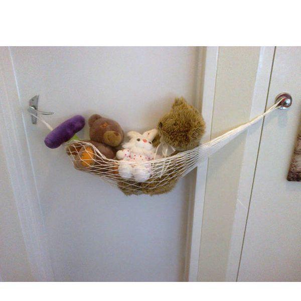 Почему бы не смастерить гамак для игрушек? Его можно повесить на двери, дверцы шкафа или сделать специальные крепления на стене. Лучше всего он подойдет для мягких игрушек средних размеров.