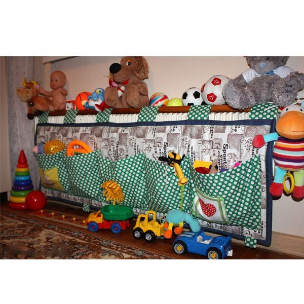 Такие кармашки шьются очень легко. Можно их повесить на кроватку, стол, стену или даже батарею, как в этом случае. И игрушкам тепло, и батарея закрыта.