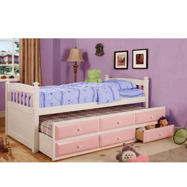 Детская кровать с выдвижными ящиками – непростительно оставлять пустым пространство под кроватью, поэтому если есть выбор между обычным спальным местом и кроватью с ящиками, обязательно отдайте предпочтение последней.